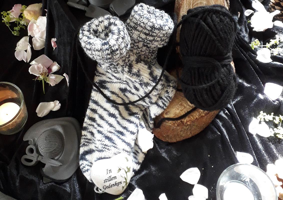 Dekorationsbeispiel gestrickte Socken mit einem Wollknäuel